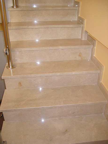 Escalera de mármol pulido