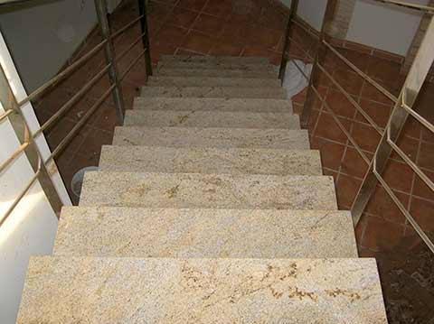 Escalera de mármol rústico